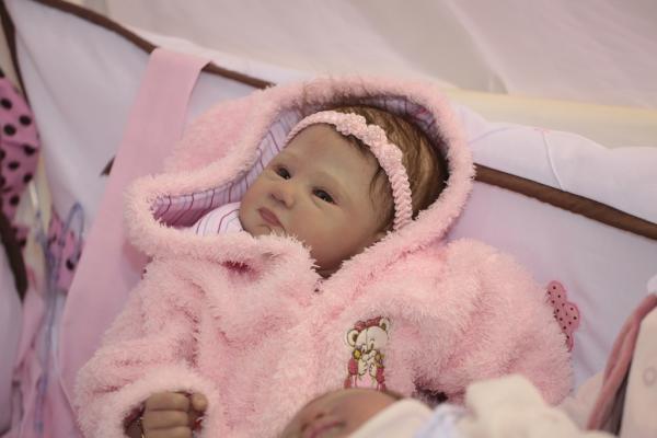 A arte de transformar bonecas em bebês quase reais, através da técnica  reborn, desenvolvida pela artesã Li Mota, está atraindo o público e  despertando o ... ece62212d4